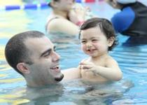 孩子有自闭症怎么办 亲子游泳可以有效缓解病情